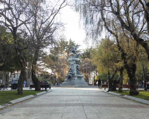 Imagen del monumento Plaza Muñoz Gamero y edificios que la acotan.