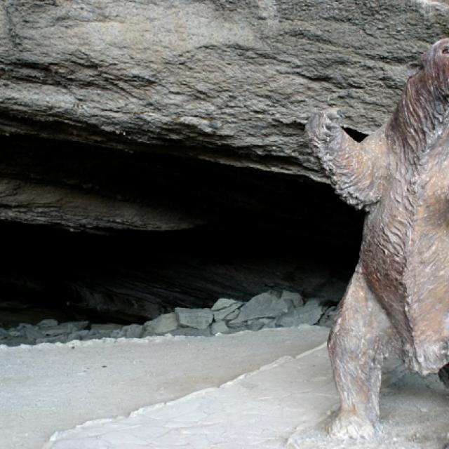 Imagen del monumento Cueva del Milodón (cueva grande y cueva chica) y el conjunto rocoso denominado Silla del Diablo