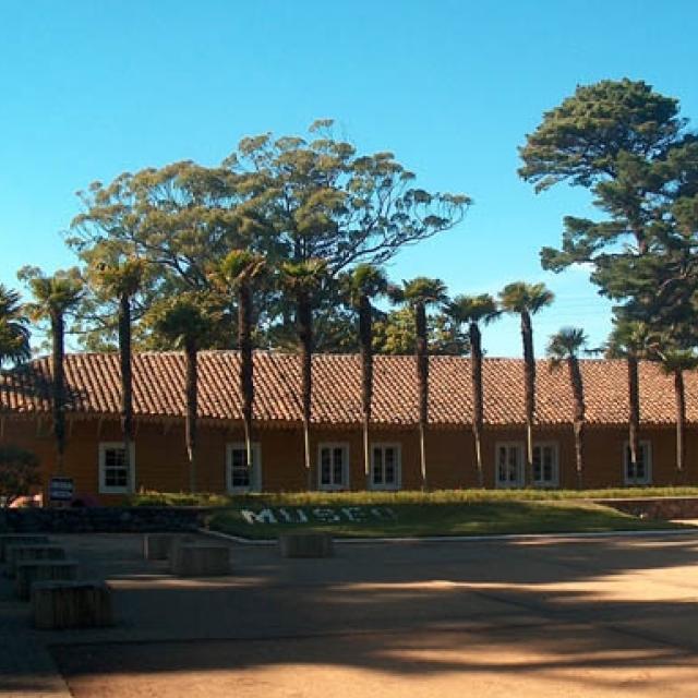 Imagen del monumento Casas patronales del Fundo Hualpén, ubicado en el Departamento de Talcahuano y el Parque adyacente a dichas casas.