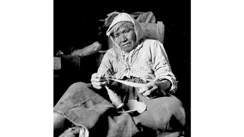 Artesana hilando lana, 1950. Pueblo de Cupo, región de Antofagasta. Película negativa 6x6 cm, blanco y negro