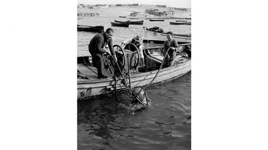 Buzo sumergiéndose en el mar, 1947