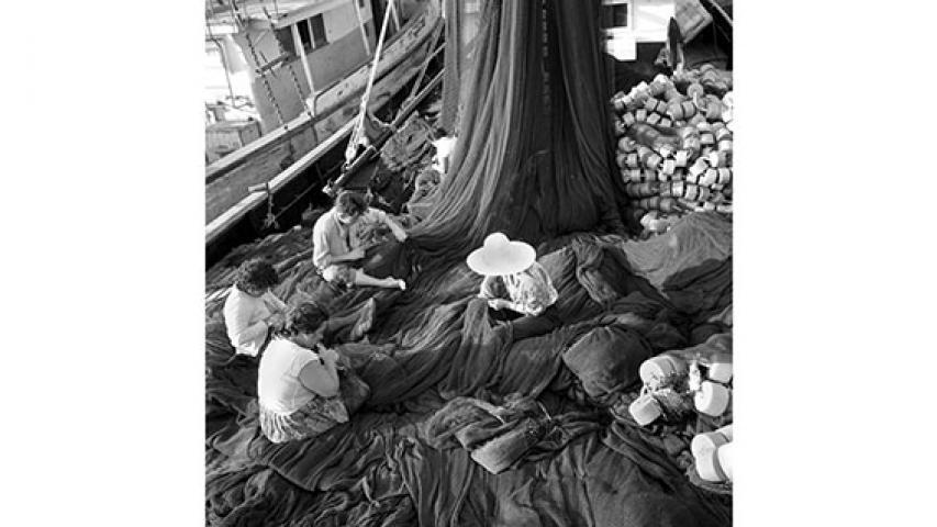 Tejedoras de paño en redes pesqueras, c. 1950