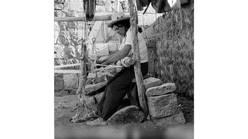 Tejedora a telar, c. 1980