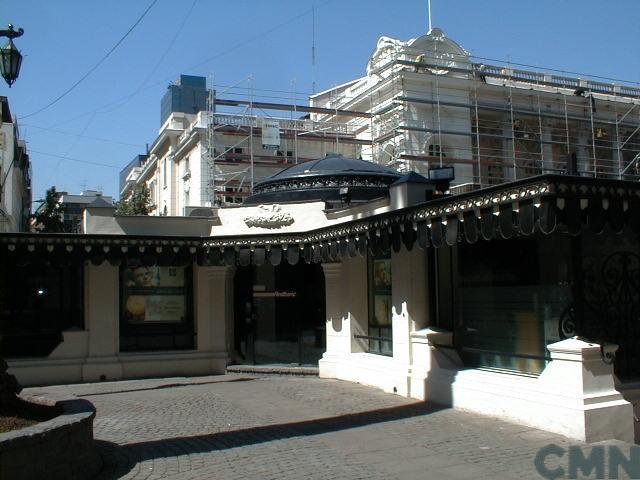 Imagen del monumento Plazoleta Patricio Mekis y conjunto de elementos y espacios arquitectónicos que enfrentan dichos inmuebles